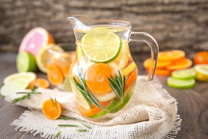 Rosmarin-Limetten-Orangen-Wasser.