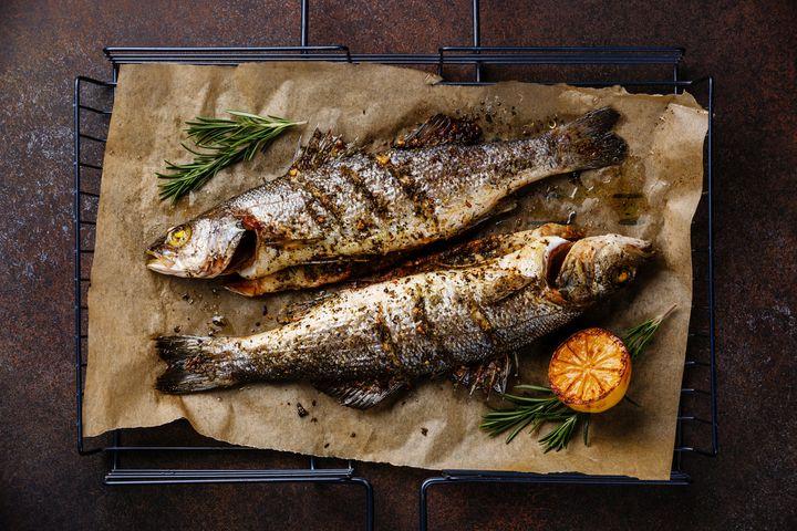 Kochspaß: In der Salzkruste schmeckt Wolfsbarsch im Winter.