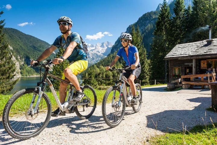 Auf dem E-Mountainbike radelt man bei der Dachsteinrunde durch drei Bundesländer.