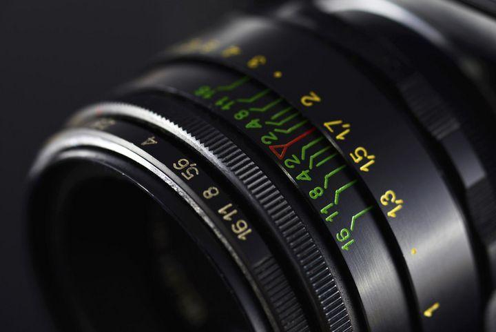 Die Blende definiert die Lichtmenge, die durch das jeweilige Objektiv der Kamera auf den Sensor fällt.