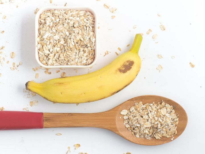 Selbstgemachte Powerriegel stärken mit Banane und Haferflocke.