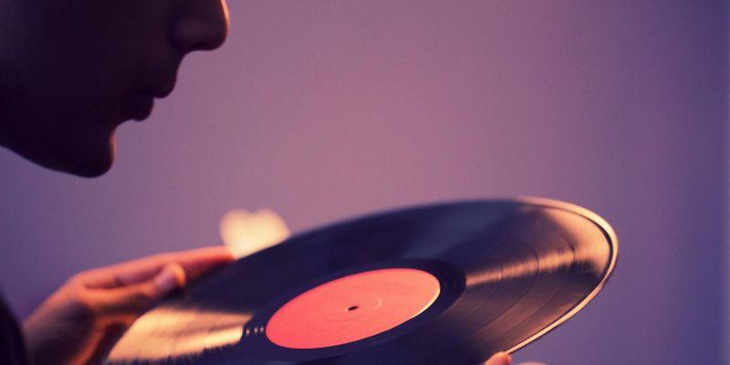 Knisternde Schallplatte: Das kann man tun.