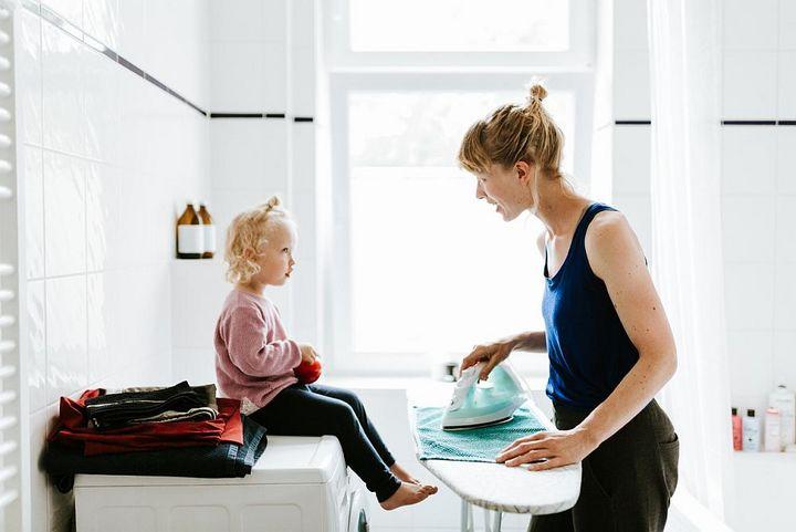 Restfeuchte in der Kleidung erleichtert das Bügeln.