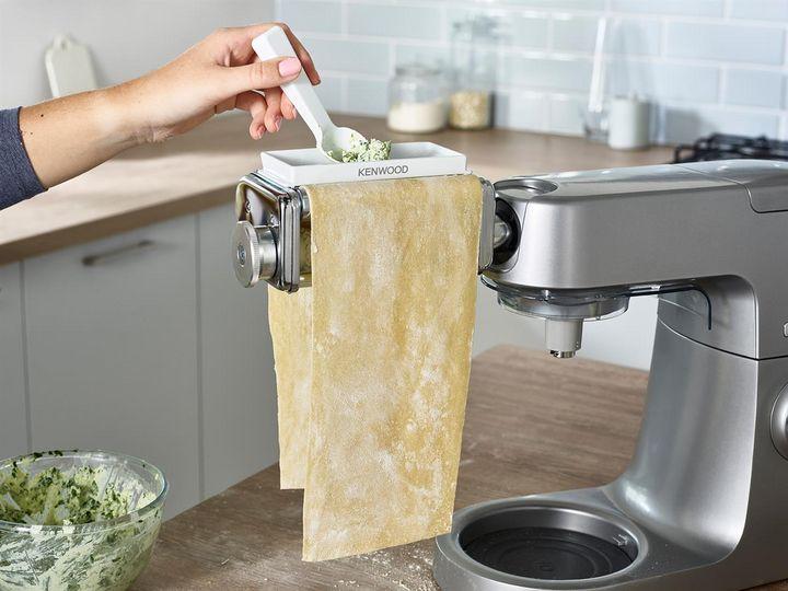 Den blanchierten Spinat muss man für die Ravioli-Füllung gut ausdrücken, damit sie nicht zu wässrig wird.