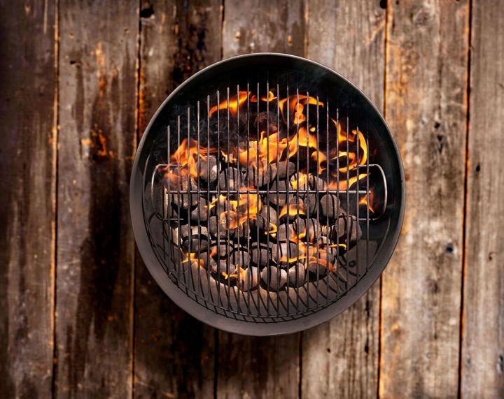 Holzkohle sollte nicht im Grill liegen bleiben