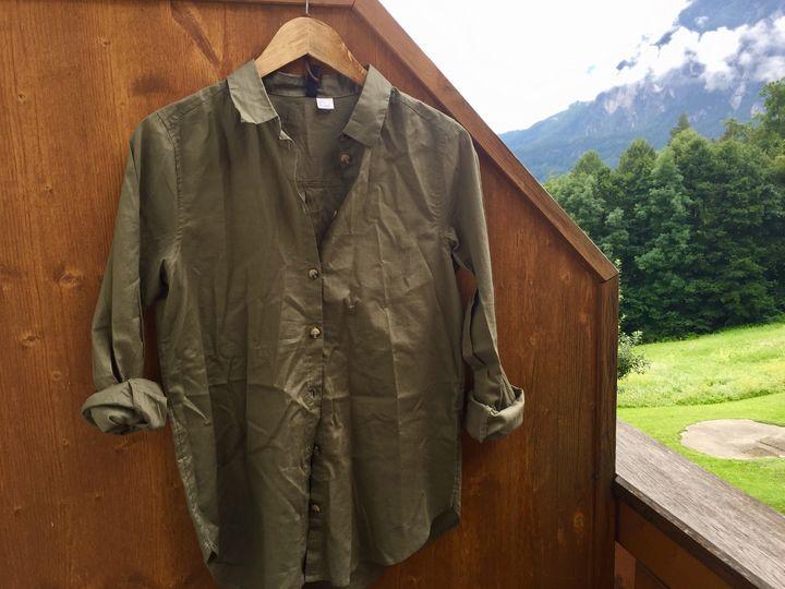 Dampfbürsten machen Schluss mit zerknitterter Kleidung im Urlaub.