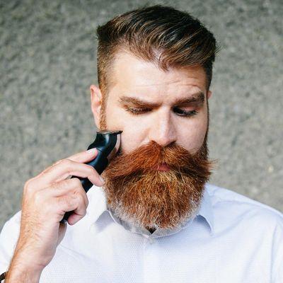 Mann trägt wieder Bart.