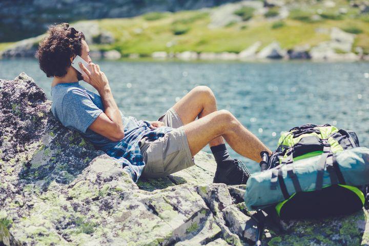 Auch am See sollten Sie auf Ihr Smartphone aufpassen.