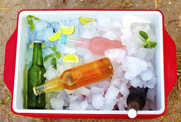 Eine Kühlbox sorgt für kalte Getränke.