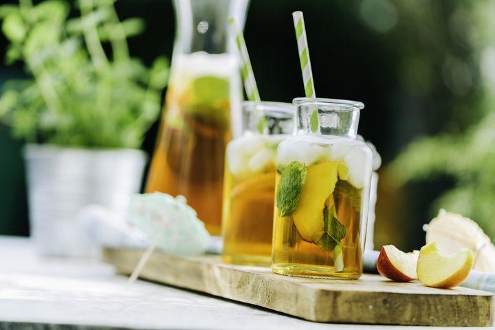 Früchtescheiben, Minzblätter und Eiswürfel sorgen für Geschmack und Optik beim Eistee.