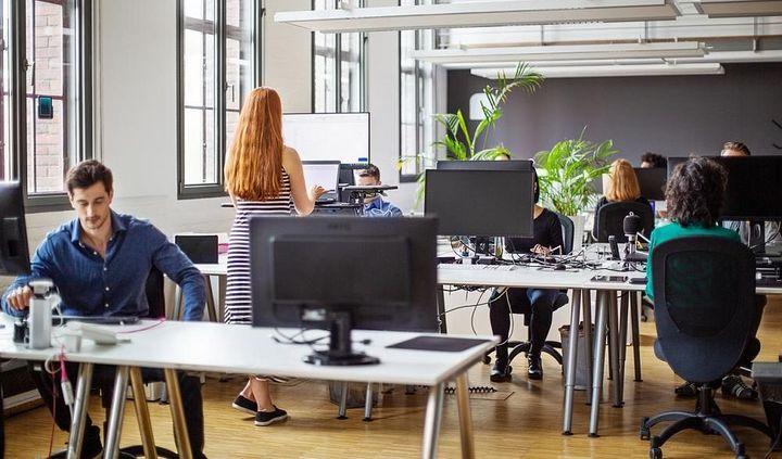 Das Büro bleibt ein wichtiger Ankerpunkt im Berufsalltag.