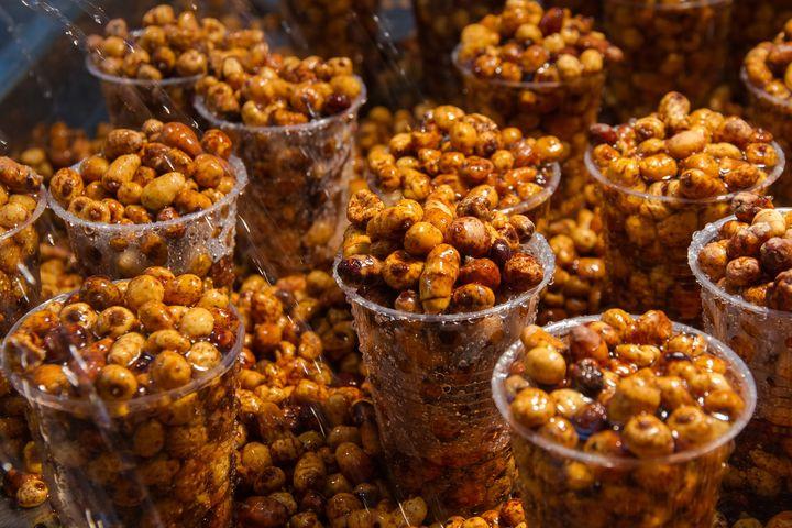 Die kleinen Erdmandel-Knollen, die im Bündel knapp unter der Erde wachsen, schmecken ähnlich süß wie Haselnüsse und haben einen hohen Stärke- und Zuckergehalt.