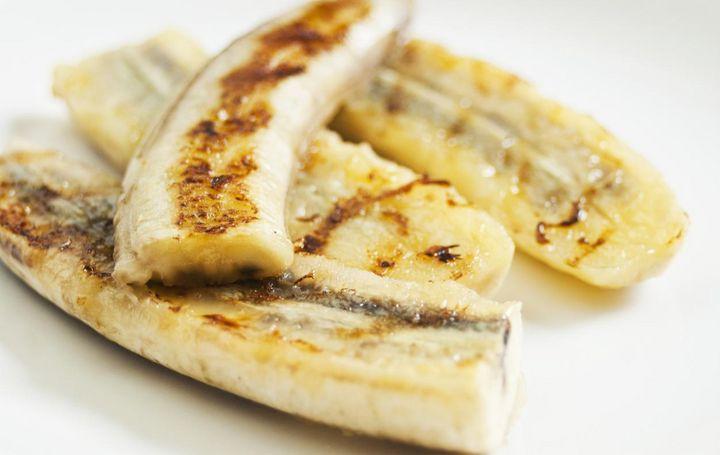 Dessert vom Grill: Gegrillte Banane mit Eis.