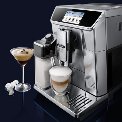 """Kalte und heiße Kaffeekreationen sind mit der """"PrimaDonna Elite Experience ECAM 650.85.MS"""" von De'Longhi möglich."""