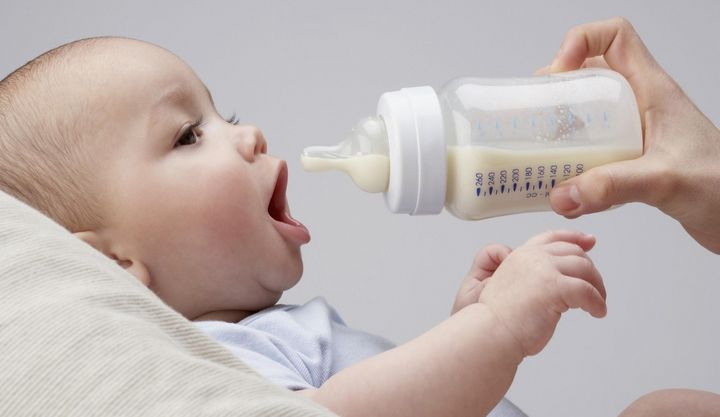 Fläschchen und Schnuller sollten regelmäßig sterilisiert werden.