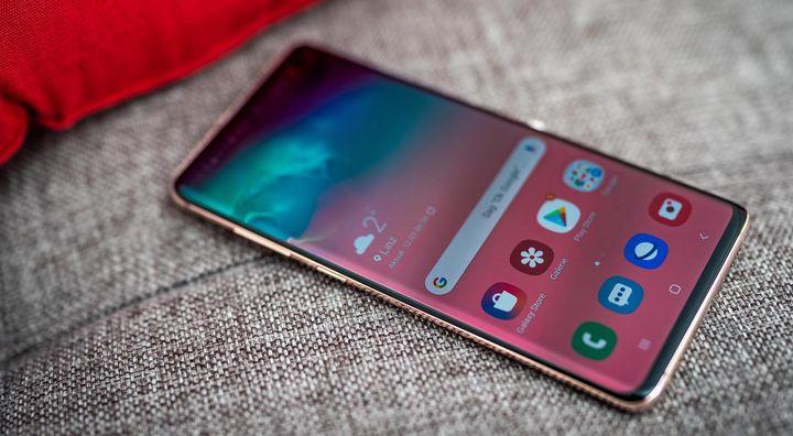 """Das 6,1 Zoll große """"Samsung Galaxy S10+"""" besteht auf den ersten Blick fast ausschließlich aus Display."""