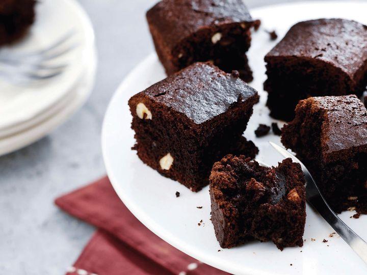 WErden die Brownies in der Airfryer-Kuchenform an der Oberfläche trocken, sind sie fertig.