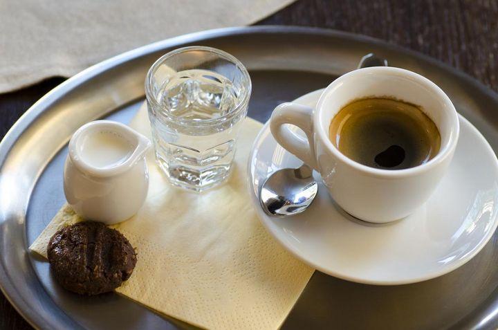 Die Wiener Kaffeehaustradition: ein Glas Wasser zum Kaffee.