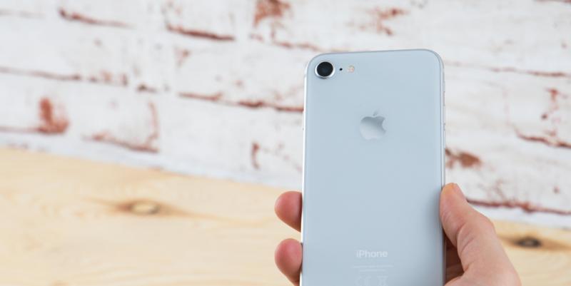 Das iPhone 8 verfügt über den A11-Bionic-Chip, eine starke 12-Megapixel-Kamera und kann kabellos per Qi-Technologie geladen werden.