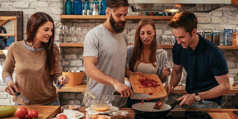 Zusammen kochen in der Küche der Zukunft.