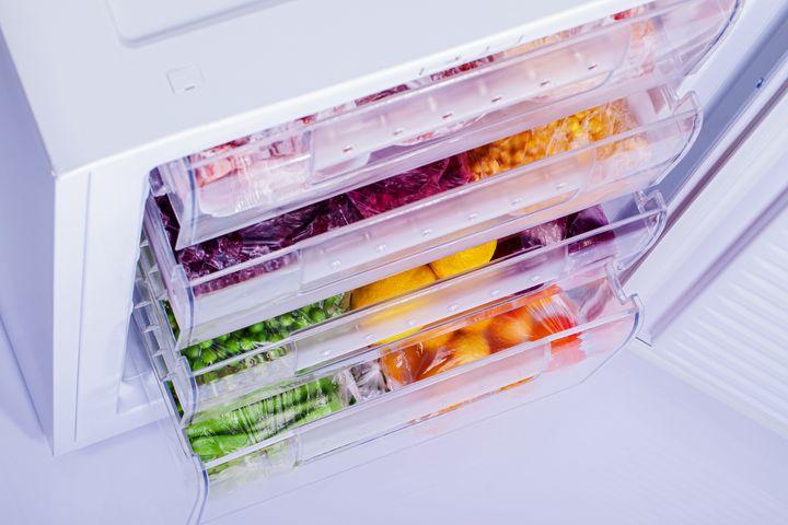 Die Dichtung des Gefrierschranks muss getauscht werden, wenn sich ein Spalt, wo ein Blatt Papier hineinpasst, ergibt.