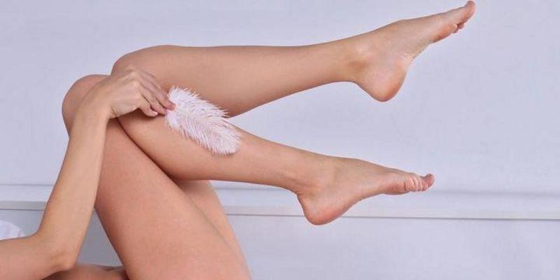 Mit IPL-Geräten lassen sich glatte Beine für Wochen erreichen.
