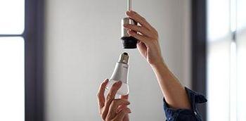 """""""Hue""""-Lampe eindrehen und Lichtschalter anmachen."""