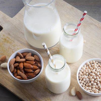 Milchalternativen entstehen aus Soja, Mandel, Kokos, Reis oder Hafer.
