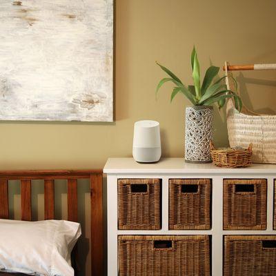 Der smarte Lautsprecher von Google sieht auch schick aus.