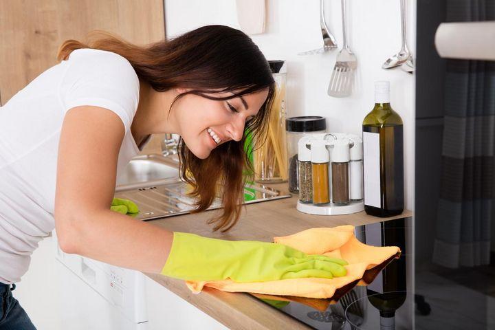 Den Ceranfeldschaber setzt man beim Putzen am besten im 30-Grad-Winkel an.