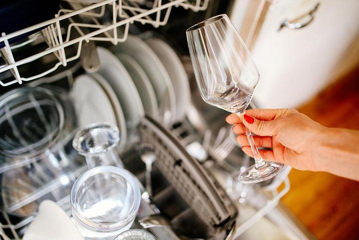 Preiskleber auf Geschirr können sich in der Spülmaschine lösen und sie schädigen.