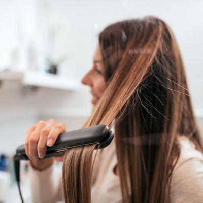 Die Haarsträhne mit konstanter Geschwindigkeit durch das Haar ziehen.