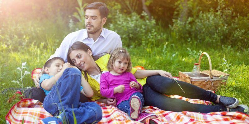Genüsslich speisen im Freien, faulenzen und plaudern unter freiem Himmel machen ein gelungenes Picknick aus.