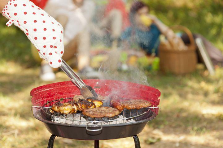 Grillhandschuhe schützen vor der Hitze und Fettspritzern.