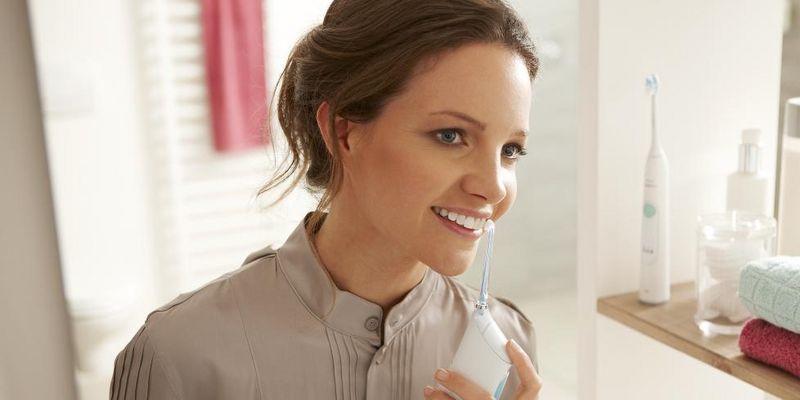 2x täglich für 2 Minuten Zähneputzen ist ein Muss gegen Mundgeruch.