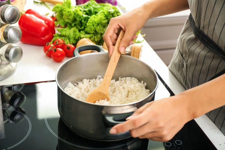 Reis kochen.