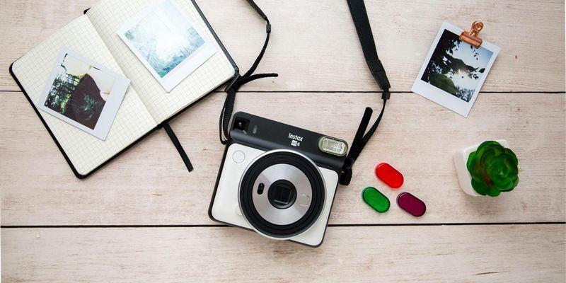 "Die Sofortbildkamera ""instax SQUARE SQ6"" im Detailblick."