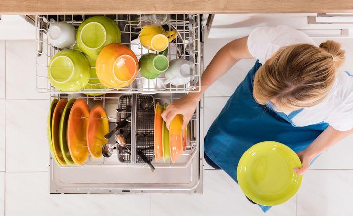 Fast die Hälfte der Befragten setzt beim Reinigen von Teller und Co. auf einen Geschirrspüler.