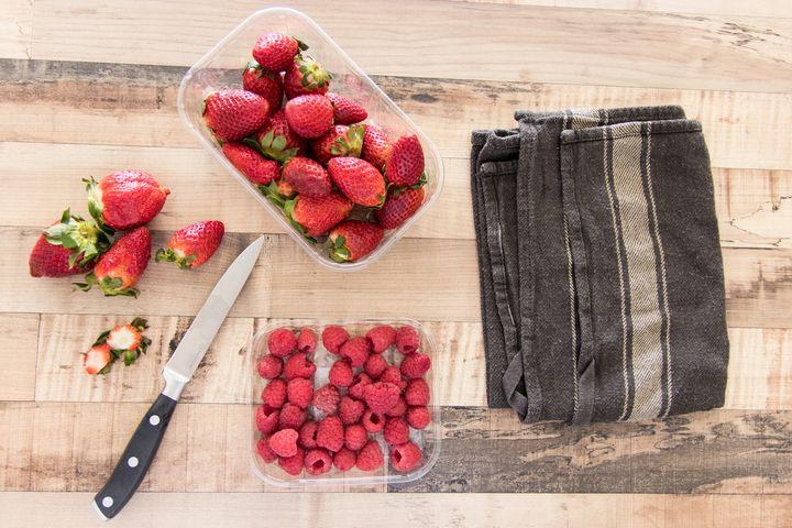 Erdbeeren und Himbeeren schneiden.