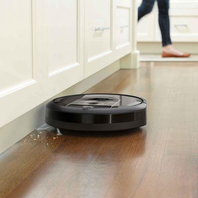 """Der neue """"Roomba i7+"""" mit Entladestation."""