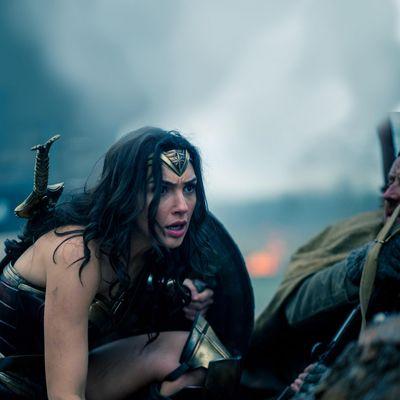 """""""Wonder Woman"""" wird im neuen Trailer gefordert"""
