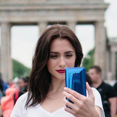 """""""HTC U11""""-Smartphone reagiert auf Drücken des Rahmens."""