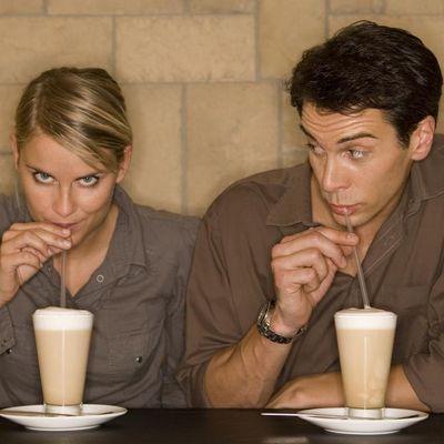 Eiskaffee ist der Klassiker mit Koffein im Sommer.
