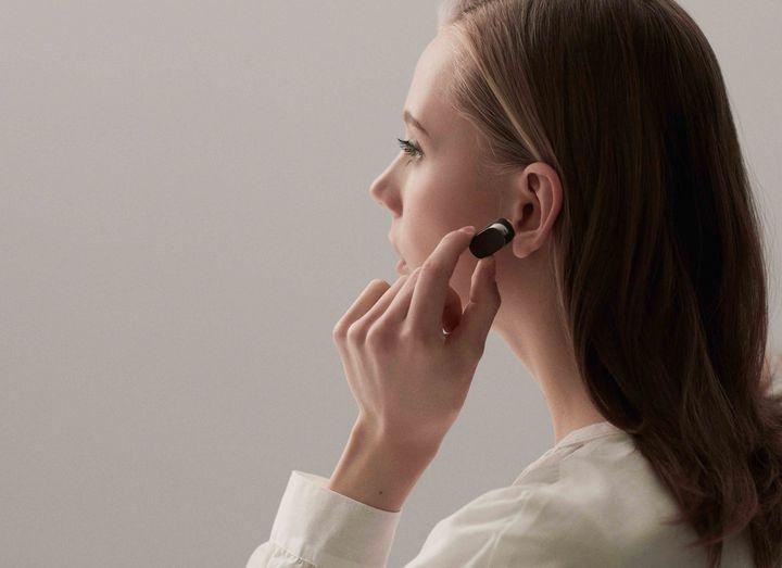 Sony Xperia Ear sagt leise ein.