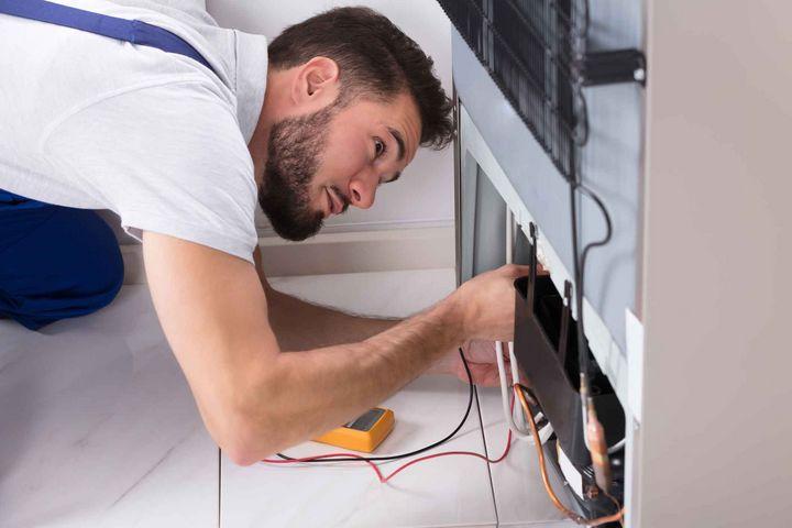 Wenn der Kühlschrank ständig Geräusche macht, kann ein technischen Problem vorliegen.