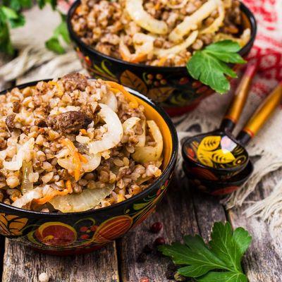 Buchweizen mit Fleisch aus dem Tontopf wird in Russland gerne gegessen.