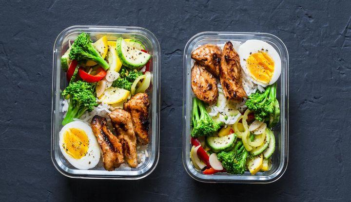 Reis mit Gemüse, Ei und Huhn Teriyaki.