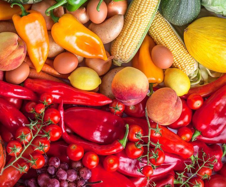Kollagen-Boost mit roten sowie orangen Obst- und Gemüsesorten.