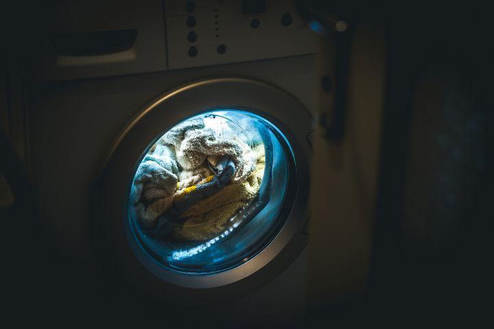 Einige Waschmaschinen bieten spezielle Nachtprogramme, die den Betriebslärm auf ein Minimum reduzieren.