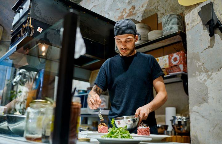 In dieser Küche zubereitete Speisen garen während des Lieferservices weiter.